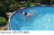 Купить «Молодой мальчик плавает в бассейне», видеоролик № 23373843, снято 15 июля 2016 г. (c) ActionStore / Фотобанк Лори
