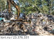 Купить «Экскаватор разгребает развалины старого пятиэтажного здания в спальном районе города Москвы летом», фото № 23376331, снято 9 августа 2016 г. (c) Николай Винокуров / Фотобанк Лори