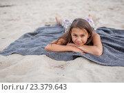Девочка лежит на пледе. Стоковое фото, фотограф Никита Вишневецкий / Фотобанк Лори