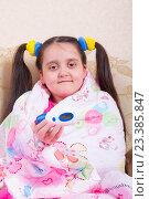 Купить «Радостная девочка укуталась в  розовое одеяло и показывает термометр», фото № 23385847, снято 12 августа 2016 г. (c) Emelinna / Фотобанк Лори