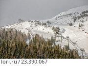 Купить «Горнолыжный склон с подъемником на курорте в австрийских Альпах», фото № 23390067, снято 17 января 2014 г. (c) Евгений Дробжев / Фотобанк Лори