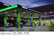 Купить «АЗС Neste Oil вечером», фото № 23391175, снято 13 августа 2016 г. (c) Алина Сбитнева / Фотобанк Лори