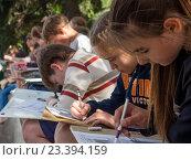 Купить «Ученики художественной школы рисуют на улице», фото № 23394159, снято 9 июня 2016 г. (c) Вячеслав Палес / Фотобанк Лори