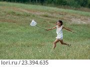 Девочка в белом платье ловит бабочек сачком. Стоковое фото, фотограф Никита Вишневецкий / Фотобанк Лори