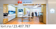 Huawei store in Suria KLCC, Kuala Lumpur, Malaysia (2016 год). Редакционное фото, фотограф Александр Подшивалов / Фотобанк Лори