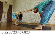 Купить «Контактная йога, мужчина и женщина занимаются йогой на коврике в помещении», видеоролик № 23407823, снято 2 августа 2016 г. (c) ActionStore / Фотобанк Лори