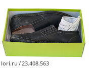 Мужские туфли в коробке с чеком. Стоковое фото, фотограф Сергей Журавлев / Фотобанк Лори