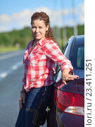 Купить «Портрет улыбающейся автомобилистки возле своего автомобиля», фото № 23411251, снято 12 августа 2016 г. (c) Кекяляйнен Андрей / Фотобанк Лори