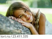 Счастливая молодая девушка у дерева. Стоковое фото, фотограф Никита Вишневецкий / Фотобанк Лори