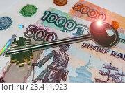 Купить «Ключ от квартиры на фоне денег», фото № 23411923, снято 21 апреля 2016 г. (c) Сергеев Валерий / Фотобанк Лори
