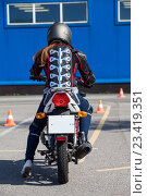 Купить «Девушка в мото экипировке тренируется водить мотоцикл на площадке автошколы», фото № 23419351, снято 19 августа 2016 г. (c) Кекяляйнен Андрей / Фотобанк Лори