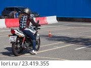 Вождение мотоцикла в автошколе на площадке (2016 год). Редакционное фото, фотограф Кекяляйнен Андрей / Фотобанк Лори