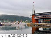 Купить «Отель Scandic Ishavshotel на фоне гавани и моста. Тромсё, Норвегия», фото № 23420615, снято 15 июня 2016 г. (c) Валерия Попова / Фотобанк Лори
