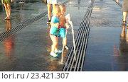 """Купить «Дети в сухом фонтане в парке """"Музеон"""" на Крымской набережной», эксклюзивный видеоролик № 23421307, снято 13 июля 2020 г. (c) Виктор Тараканов / Фотобанк Лори"""