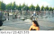 """Купить «Сухой фонтан в парке """"Музеон"""" на Крымской набережной», эксклюзивный видеоролик № 23421515, снято 13 июля 2020 г. (c) Виктор Тараканов / Фотобанк Лори"""
