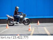 Купить «Вождение мотоцикла на автодроме, змейка из конусов», фото № 23422771, снято 19 августа 2016 г. (c) Кекяляйнен Андрей / Фотобанк Лори