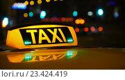 Купить «Знак такси на крыше автомобиля», видеоролик № 23424419, снято 18 августа 2016 г. (c) Игорь Усачев / Фотобанк Лори