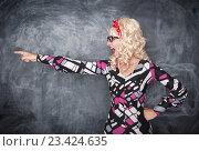 Злая, кричащая учительница у школьной доски. Стоковое фото, фотограф Darkbird77 / Фотобанк Лори