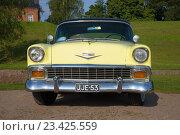 Купить «Полноразмерный американский Chevrolet Bel Air анфас крупным планом на улице Лаппеенранты», фото № 23425559, снято 21 августа 2016 г. (c) Виктор Карасев / Фотобанк Лори