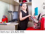 Купить «Девочка собирает рюкзак, готовится к школе», фото № 23425995, снято 23 августа 2016 г. (c) Emelinna / Фотобанк Лори