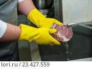 Купить «Руки в желтых резиновых перчатках моют мясо под краном», фото № 23427559, снято 17 января 2014 г. (c) Jan Jack Russo Media / Фотобанк Лори