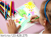 Купить «Девочка рисует цветными карандашами», фото № 23428275, снято 24 августа 2016 г. (c) Михаил Гойко / Фотобанк Лори