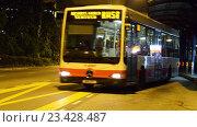Купить «Автобус отъезжает от автобусной остановки», видеоролик № 23428487, снято 23 октября 2014 г. (c) Elnur / Фотобанк Лори