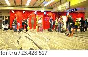Купить «Пассажиры в очереди на посадку в самолет», видеоролик № 23428527, снято 22 октября 2014 г. (c) Elnur / Фотобанк Лори