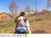 Купить «Женщина садовник показывает земляного червя», фото № 23430735, снято 12 мая 2013 г. (c) Евгений Ткачёв / Фотобанк Лори