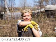 Купить «Позитивная женщина с лопатой в огороде», фото № 23430739, снято 12 мая 2013 г. (c) Евгений Ткачёв / Фотобанк Лори
