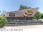 Купить «Евпатория, городской пейзаж. Стела в память об Евпаторийском десанте. Крым», эксклюзивное фото № 23432611, снято 8 августа 2016 г. (c) Илюхина Наталья / Фотобанк Лори