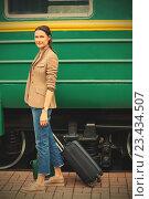 Женщина с чемоданом стоит у вагона. Стоковое фото, фотограф Astroid / Фотобанк Лори