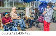Купить «Уличный художник  на Арбате», эксклюзивное фото № 23436495, снято 29 июля 2016 г. (c) Виктор Тараканов / Фотобанк Лори