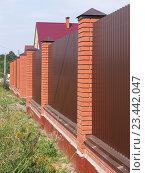 Купить «Забор с кирпичными столбами», фото № 23442047, снято 12 августа 2016 г. (c) Анатолий Заводсков / Фотобанк Лори