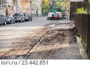 Уборка улицы с помощью спецтранспорта, грязная улица (2014 год). Редакционное фото, фотограф Малахов Алексей / Фотобанк Лори