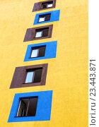 Windows on the facade of the yellow building, фото № 23443871, снято 26 июля 2016 г. (c) FotograFF / Фотобанк Лори