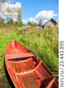 Old red wooden fishing boat at the lake in summer day, фото № 23443895, снято 13 августа 2016 г. (c) FotograFF / Фотобанк Лори