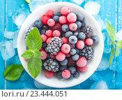 Замороженные ягоды со льдом. Стоковое фото, фотограф Андрей Маслаков / Фотобанк Лори
