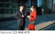 Купить «Деловая женщина предлагают сделку для бизнесмена», видеоролик № 23444419, снято 3 августа 2016 г. (c) Алексей Собченко / Фотобанк Лори