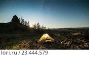 Перемещение Луны выше палатки в ночное время промежуток. Стоковое видео, видеограф Станислав Толстнев / Фотобанк Лори