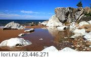 Купить «Озеро Байкал в солнечный летний день. Красивые скалы и камни на песчаном берегу», видеоролик № 23446271, снято 29 августа 2016 г. (c) Виктория Катьянова / Фотобанк Лори