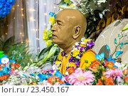 Купить «Статуя Шрилы Прабхупады, украшенная цветами и гирляндами», фото № 23450167, снято 25 августа 2016 г. (c) Galina Barbieri / Фотобанк Лори