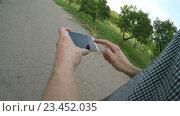 Купить «Мужчина использует приложение навигации на мобильном телефоне», видеоролик № 23452035, снято 3 августа 2016 г. (c) Илья Шаматура / Фотобанк Лори
