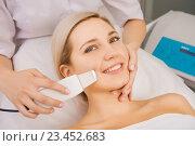 Ультразвуковой пилинг кожи в косметологическом салоне. Стоковое фото, фотограф Mark Agnor / Фотобанк Лори