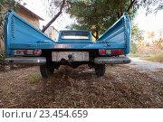 Купить «Вид сзади на старый синий пикап  Datsun 1300», фото № 23454659, снято 16 августа 2016 г. (c) EugeneSergeev / Фотобанк Лори