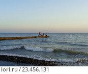 Купить «Морская рыбалка с пирса, летний вечер, волны у берега», фото № 23456131, снято 27 августа 2016 г. (c) DiS / Фотобанк Лори
