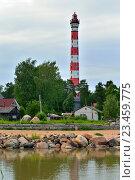 Купить «Осиновецкий маяк и гранитные валуны отражаются в воде Ладожского озера», фото № 23459775, снято 13 июня 2016 г. (c) Максим Мицун / Фотобанк Лори