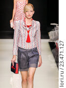 Купить «MILAN, ITALY - SEPTEMBER 28: A model walks the runway during the Giorgio Armani fashion show as part of Milan Fashion Week Spring/Summer 2016 on September 28, 2015 in Milan, Italy.», фото № 23471127, снято 28 сентября 2015 г. (c) Anton Oparin / Фотобанк Лори