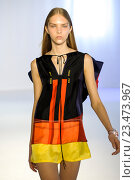 MILAN, ITALY - SEPTEMBER 28: A model walks the runway during the Mila Schon fashion show as part of Milan Fashion Week Spring/Summer 2016 on September 28, 2015 in Milan, Italy. Редакционное фото, фотограф Anton Oparin / Фотобанк Лори