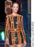 PARIS, FRANCE - OCTOBER 01: Alessandra Ambrosio walks the runway during the Balmain show as part of the Paris Fashion Week Womenswear Spring/Summer 2016 on October 1, 2015 in Paris, France. Редакционное фото, фотограф Anton Oparin / Фотобанк Лори